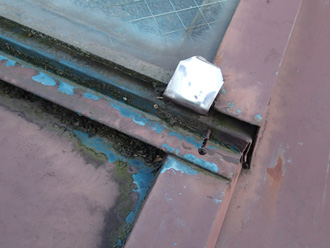 墨田区 屋根塗装前の屋根 天窓付近の釘が浮いている