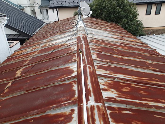 江東区 屋根葺き替え工事前点検 錆が出ている屋根