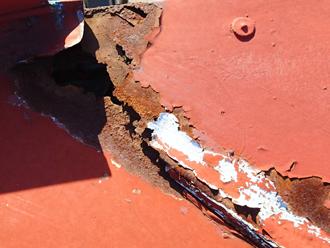 墨田区 屋根カバー工法前点検 腐食によって穴が空いている
