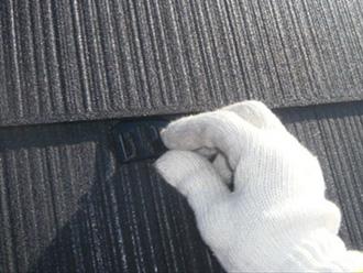 荒川区 屋根塗装 縁切り用のタスペーサーを挿入