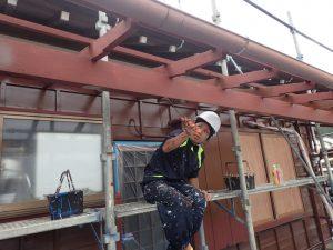 テラス屋根の下地木材に塗装