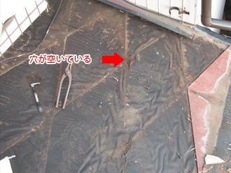 荒川区 屋根葺き替え工事 古い防水紙は破れている