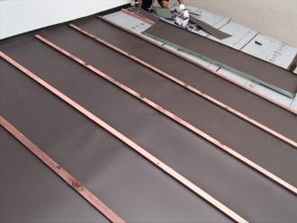 川崎市宮前区 下屋の屋根葺き替え工事 ガルバリウム鋼板の屋根材を取り付ける