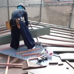 屋根葺き替え ガルバリウム鋼板の屋根材を設置
