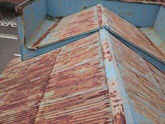 川崎市幸区|金属波板への屋根カバー工法で錆防止!雨樋補修も実施、施工前写真