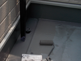 墨田区 ベランダ床の防水工事 防水材を重ね塗り