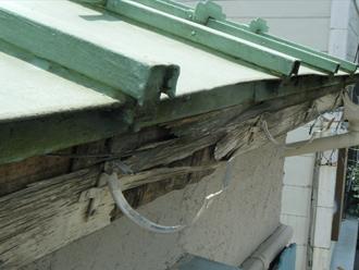 川崎市幸区 雨樋を外したところ鼻隠しが腐食し取り付け金具が外れかかっている
