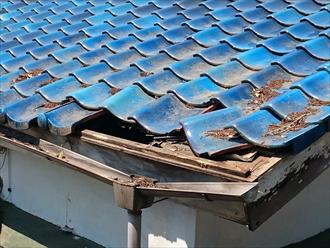 雨漏りで軒先が崩れた瓦屋根を葺き直して元通りに 横浜市南区、施工前写真