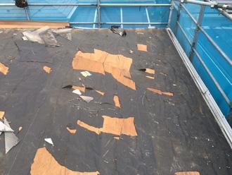 横浜市磯子区 屋根葺き替え工事 防水紙が傷んで簡単に破けてしまう