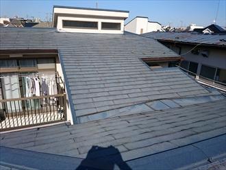 横浜市神奈川区で雨漏りしている屋根をケイミューのコロニアルで葺き替え工事、施工前写真