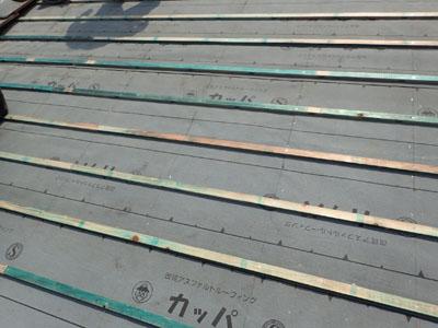 施工後の瓦屋根の防水紙の状態。