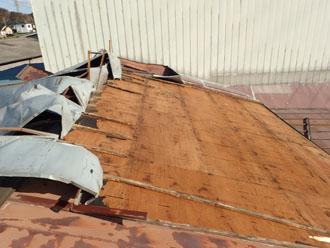 剥がれたトタン屋根