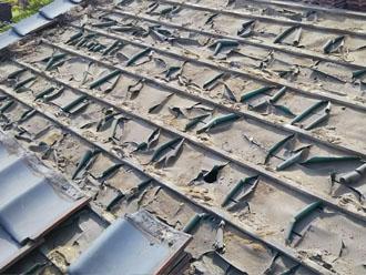 施工前の瓦屋根の防水紙の状態。
