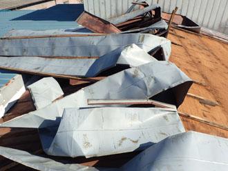 台風でトタン屋根がはがされました