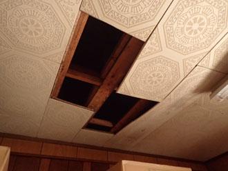 雨漏りしている室内の小屋裏検査