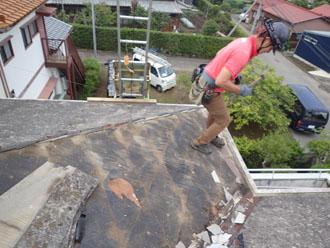スレート材が剥がされた屋根