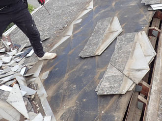 違う面の屋根材を撤去