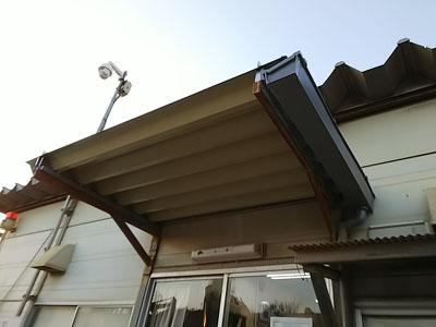 新しい折板屋根が葺かれた出入り口