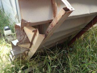吹き飛ばされた折板屋根