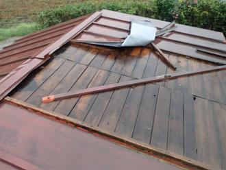 台風で剥がされた物置の屋根