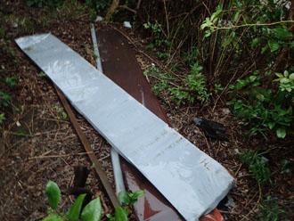 剥がされて落下してきた屋根材