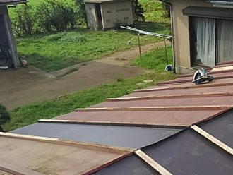 ドブに屋根材を取り付け