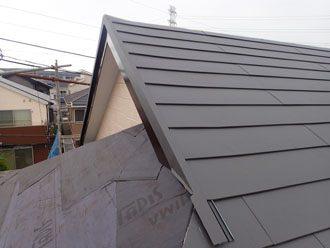 大屋根にスーパーガルテクトを設置