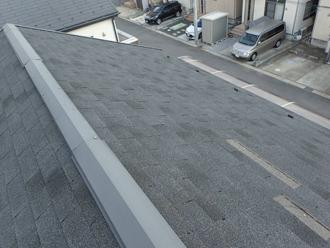 アスファルトシングルが剥がされた屋根