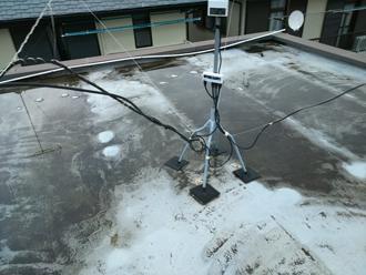 ウレタン防水改修前の陸屋根にできた水溜まり