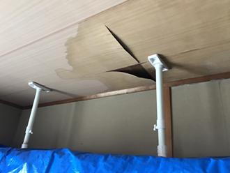 雨漏りしている目透かし天井