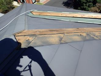 化粧スレートのように見えますが、金属屋根です