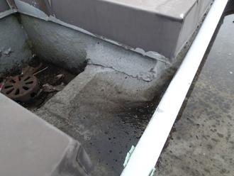 ケーブルが排水を堰き止めている