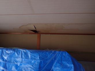 室内の雨漏り跡を直します
