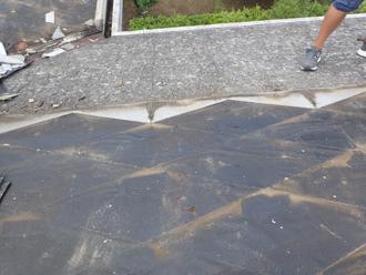 スレートとその下の防水紙
