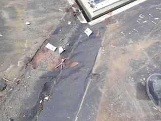 谷板金の部分の防水紙に破れを発見