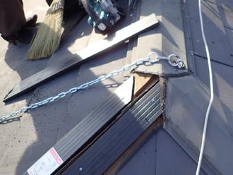 大棟に固定された金属製の鎖