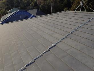 長々と屋根に横たわる鎖