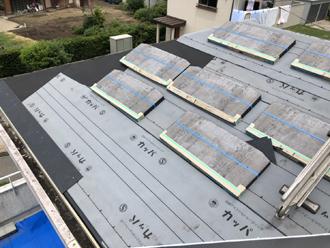 防水紙の敷設とコロニアル葺き