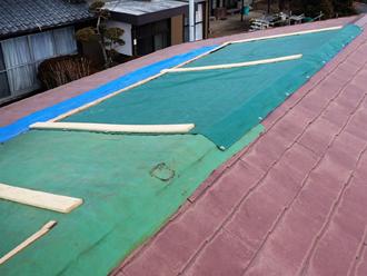 応急処置を施された屋根