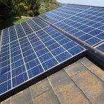 太陽光発電が載せられたスレート屋根
