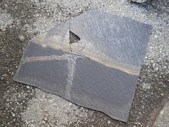 昭島市福島町 下屋の屋根葺き替え工事 取り外した割れてスレート