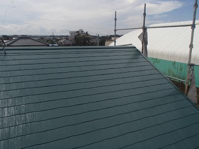 棟板金交換と屋根塗装が行われたスレート屋根
