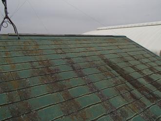 棟板金が剥がれ、塗膜も剥げたスレート屋根