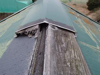 板金を境に貫板が折れている
