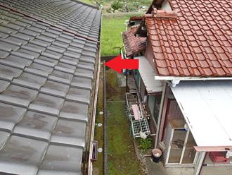 屋根から見た雨樋の歪み
