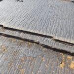 スレート屋根材の重なり部に打設されたシーリング材