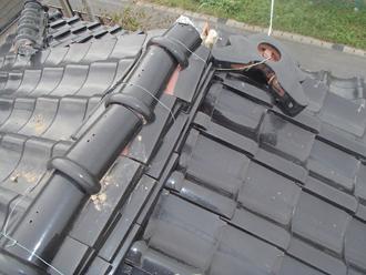 棟が崩れた瓦屋根