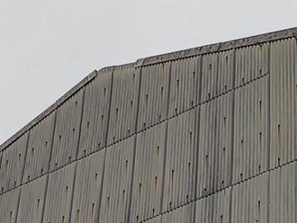 ケラバが破壊された大波スレートの倉庫