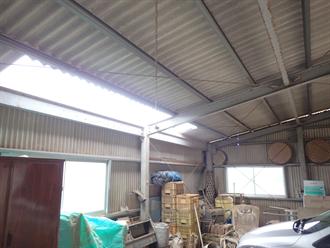 車庫内部から見た屋根の破損
