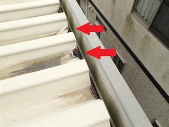 金属屋根材端の歪み